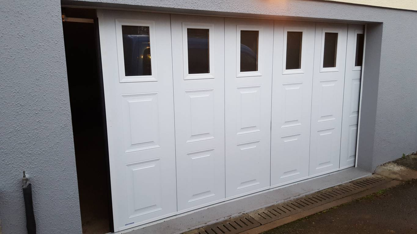 Installation d 39 une porte de garage coulissante lat rale for Installer chatiere porte garage
