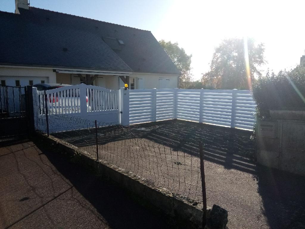 Installation portail PVC coulissant et cloture par-vue