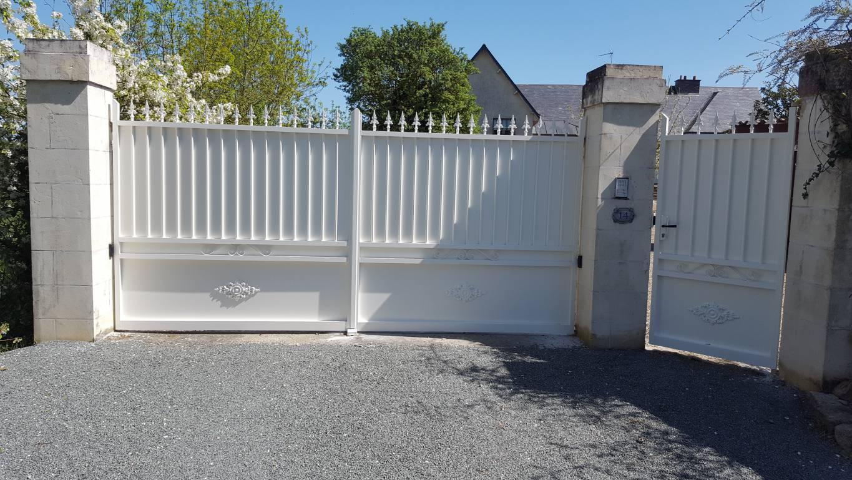 installation d 39 un portail motoris et d 39 un portillon aluminium thermolaqu blanc juign sur. Black Bedroom Furniture Sets. Home Design Ideas